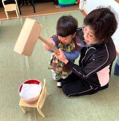 餅つき遊び〈1歳児〉 令和2(2020)年12月21日